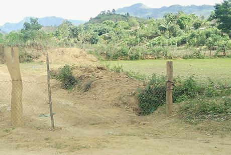 Hàng rào thép B40 được cán bộ thôn Tê Pên dựng chắn ngang đường