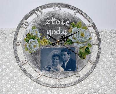 Zegar ze sklejki drewnianej, serduszka oraz scrapbookowe kartki z okazji Dnia Nauczyciela.