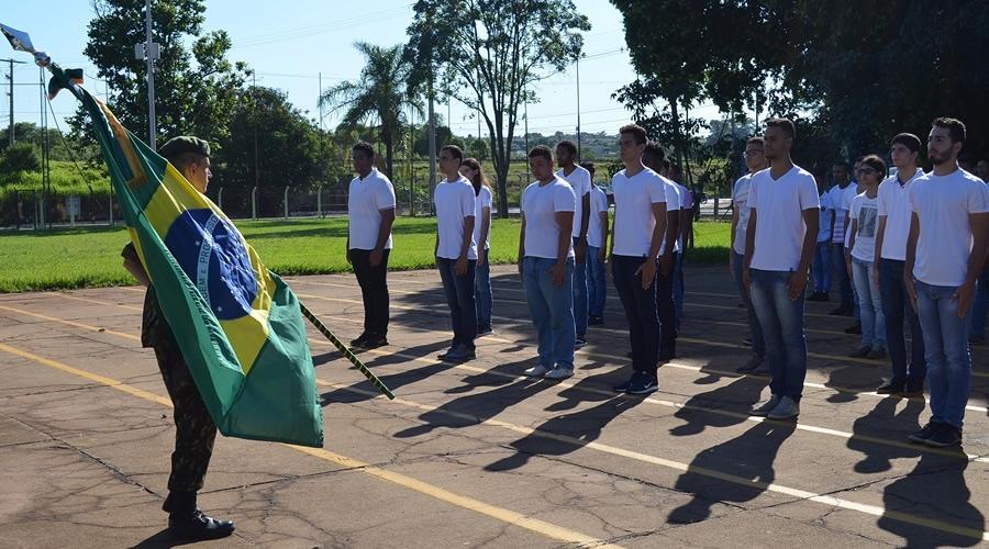 Jovens dispensados do serviço militar realizam juramento à Bandeira em Bebedouro
