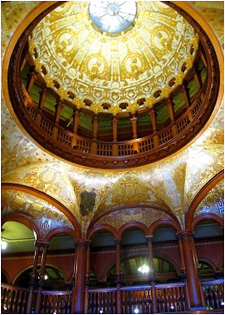 desain rumah mediterania bergaya spanyol kolonial dan unsur kubah di langit langit