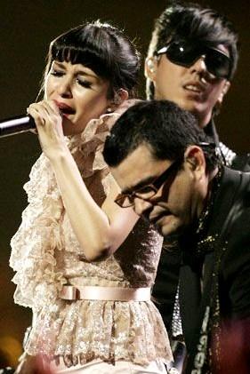 Foto de Belanova cantando en el escenario