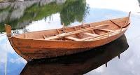 Bir göl üzerinde bağlı duran ahşap kayık veya sandal