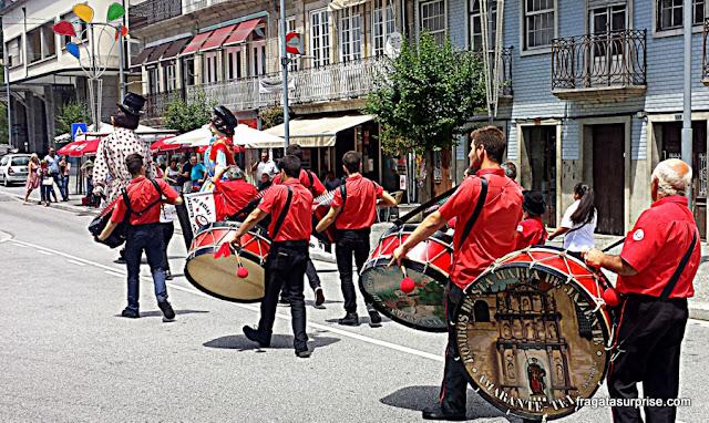 Desfile de grupos de bombos na Festa de São Gonçalo do Amarante, Portugal