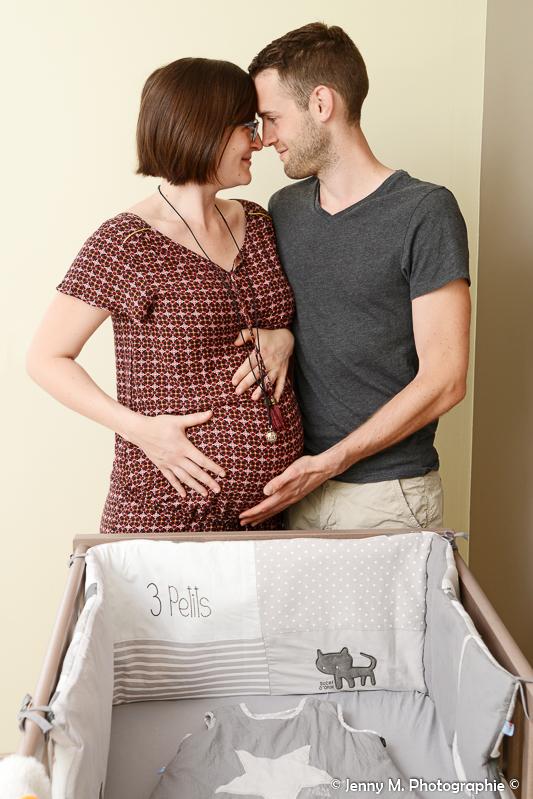photo couple en attendant bébé avec le liet de bébé