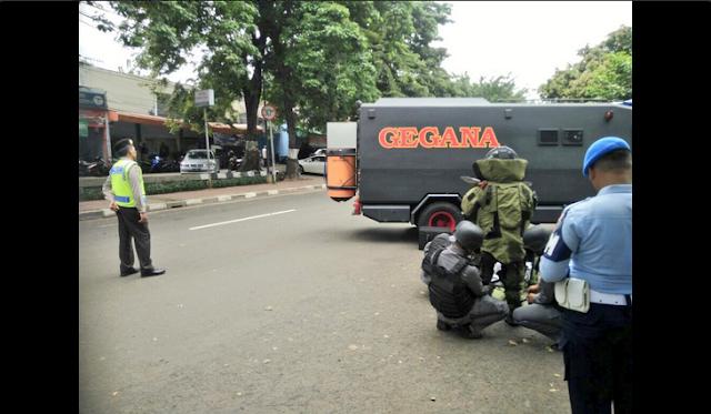 Tim Gegana Polri melakukan penanganan terhadap benda yang diduga bom