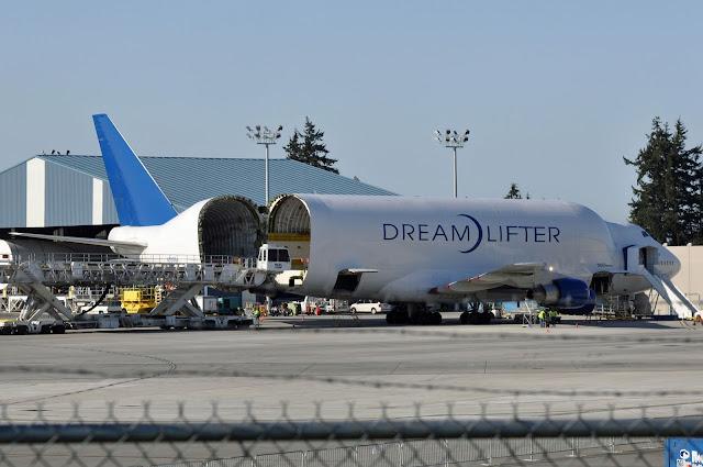 Boeing 747 Dreamlifter Büyük Kargo Uçağına yükleme yapılıyor...