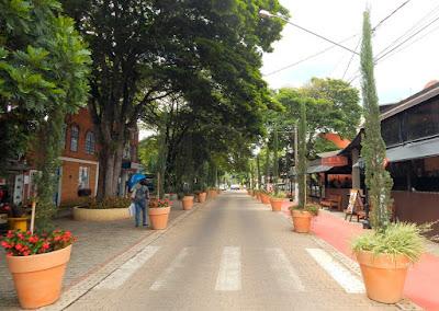 A Rua Turística de Holambra - este é seu nome oficial - possui restaurantes, bares, confeitarias e lojas de lembranças, além de boa arborização e uma ciclovia.