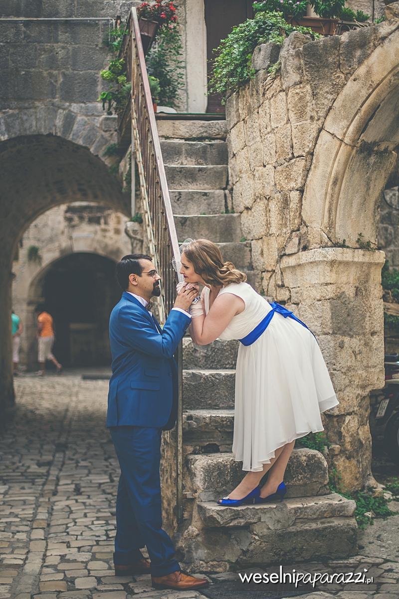 Kobaltowa stylizacja ślubna w stylu lat 50