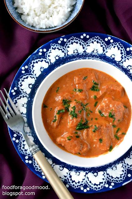 Przyzwyczailiśmy się do indyjskich potraw z kurczakiem, a tymczasem ryby są równie smaczne. Dowodem niech będzie ten przepis, gdzie kawałkom białej ryby asystuje pyszny sos na bazie śmietany, pomidorów i - rzecz jasna, charakterystycznych dla tej kuchni przypraw.