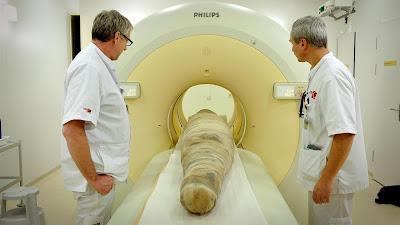 La momia con forma de cocodrilo, de tres metros de longitud, es sometida a un escáner en 2015.