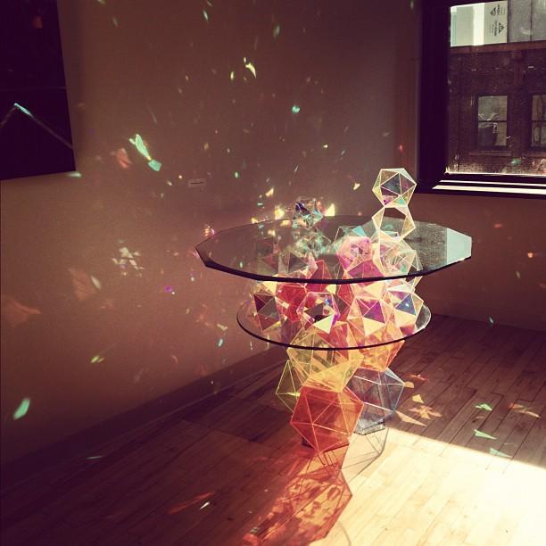 光を反射、拡散する多面体のテーブルで部屋を色彩豊かに【i】