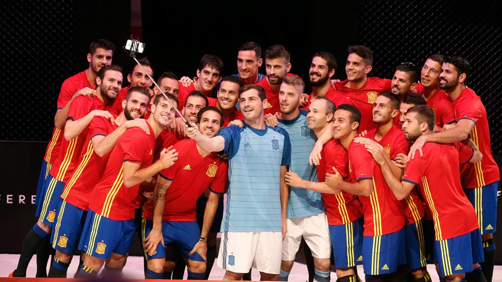cfaac7dc2bb80 El Pase Exterior  Selecciones  Equipaciones de España para la Euro 2016