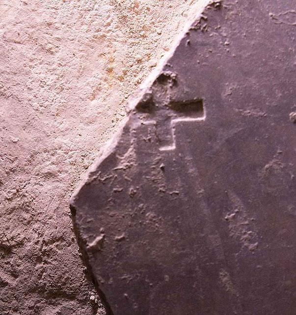 Santo Sepulcroa laje dos Cruzados (escura) e a pedra sobre a qual foi depositado o Corpo de Nosso Senhor morto (cor clara)