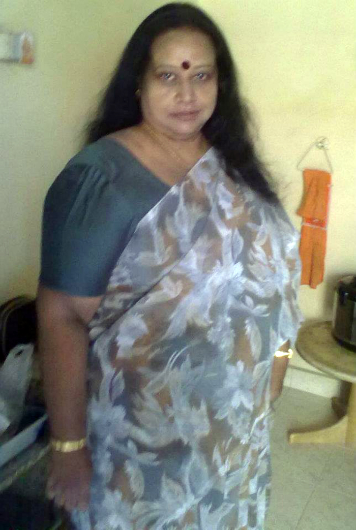 mature desi aunty saree peeing
