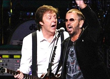 Foto de Ringo Starr en concierto junto a Paul McCartney