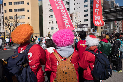 Spectators in wigs encourage runners at the Tokyo Marathon 2017.