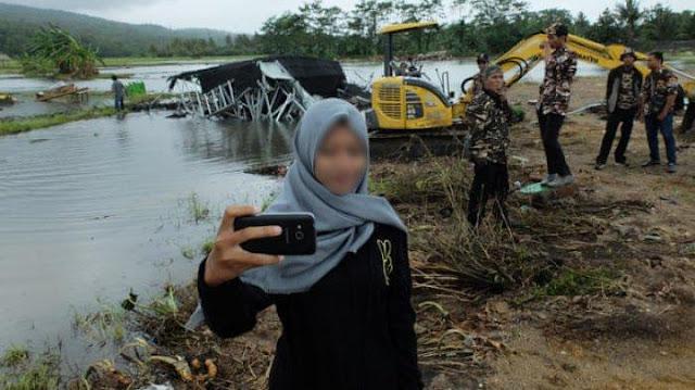 Media Asing Soroti Kebiasaan Masyarakat Indonesia yang Ambil Foto Selfie di Tengah Bencana