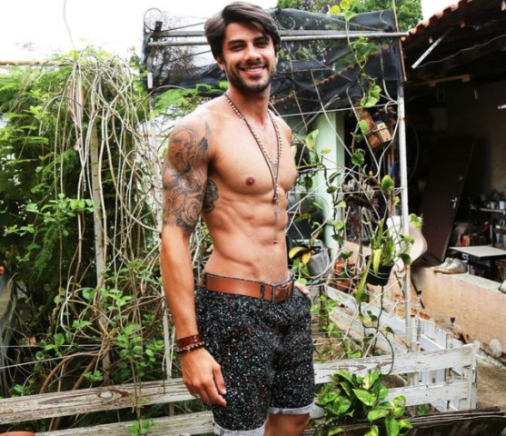 Foto do participante Renan oliveira sem camisa, brother do bbb16