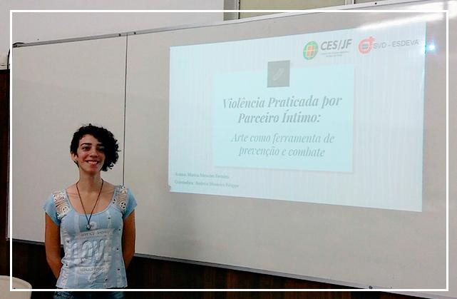 """Eu ao lado do slide do título do meu TCC """"violência praticada por parceiro íntimo: arte como ferramenta de prevenção e combate"""""""