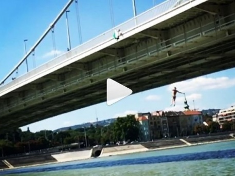 Ausztrál srác ugrott a Dunába az Erzsébet-hídról