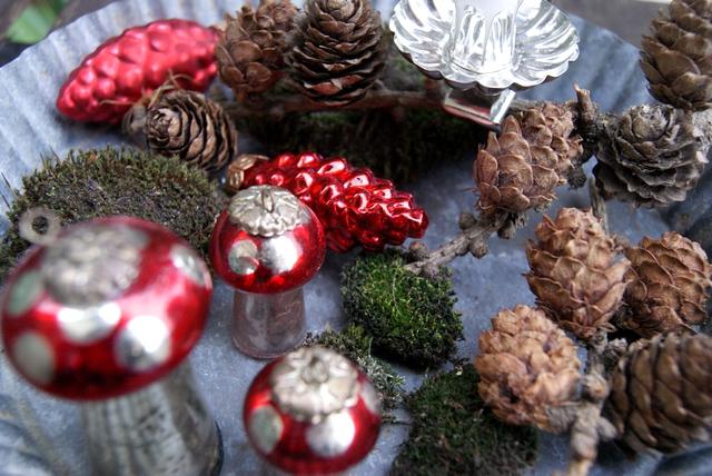 Vintage-Kuchenform weihnachtlich dekoriert mit Christbaumschmuck