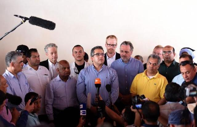 El ministro de Antigüedades de Egipto, Khaled al-Anani (en el centro de la imagen) y el arqueólogo Nicholas Reeves, en la rueda de prensa celebrada en Luxor.