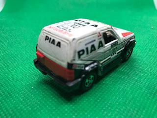 三菱 パジェロ のおんぼろミニカーを斜め後ろから撮影