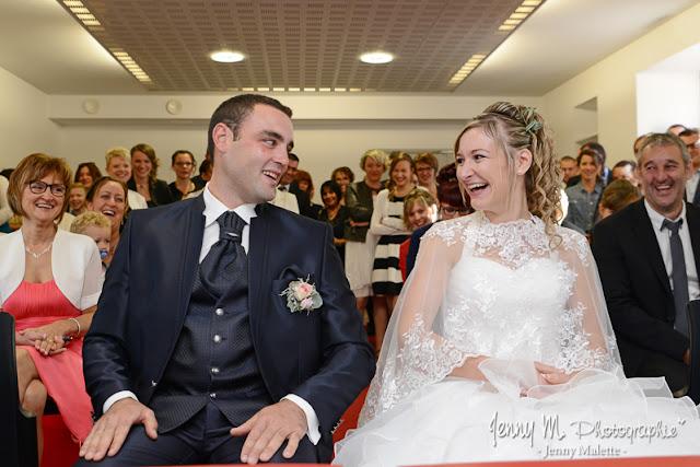 photo des mariés le oui à la mairie joie rire bonheur amour