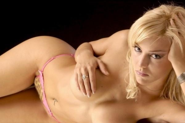 sexy blonde babe posiert nackt