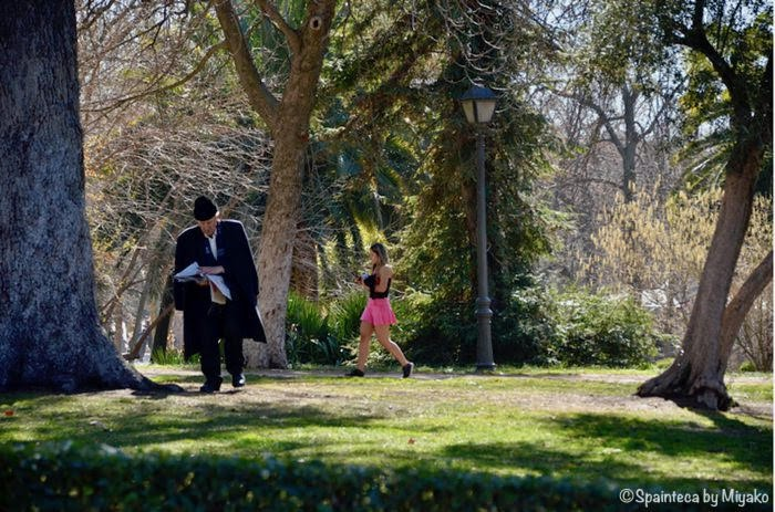 マドリードのレティーロ公園を散歩する老人と少女