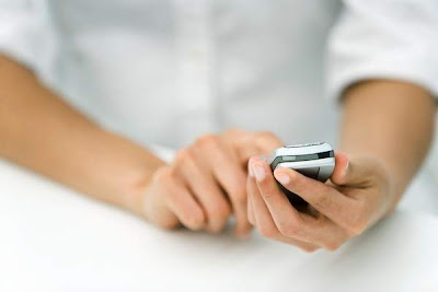 Lenguaje corporal. Dejar el teléfono a la vista da mala impresión