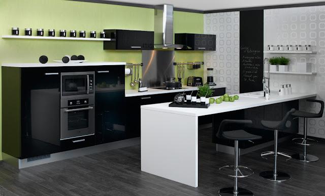 cocina-negra-con-pared-verde