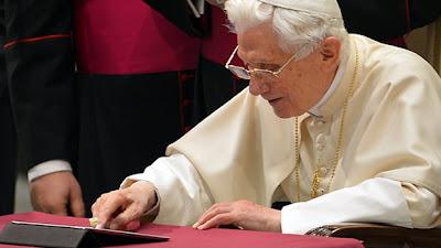 El papa Benedicto XVI superó a la estrella del pop estadounidense Justin Bieber en el número de retuits que tuvieron sus mensajes más populares de este año en Twitter, según el diarioL'Osservatore Romano, el medio de comunicación del Vaticano. El pontífice comenzó a tuitear el miércoles 12 de diciembre. Su primer mensaje fue retuiteado por más del 50 % de los más de 2 millones de seguidores que tiene en la red social, dio a conocer el Vaticano. Mientras que sólo el 0.7 % de los seguidores de Bieber retuitearon sus palabras del 26 de septiembre, momento en que envío