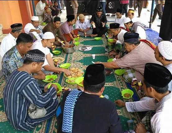 Ajak Warga Ramaikan Masjid, Pengurus Masjid Ini Siapkan Makanan Gratis Tiap Jumat