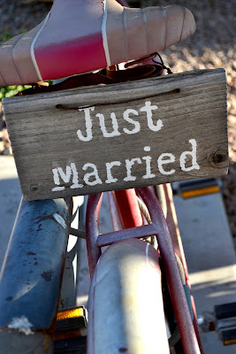 "Bicicleta decorativa con cartel de ""Just Married"""