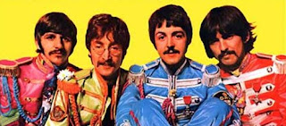 Imagen con una Ilustración de  Peter Blake y Jann Haworth que muestra a los 4 Beatles ataviados con capotes muy coloridos