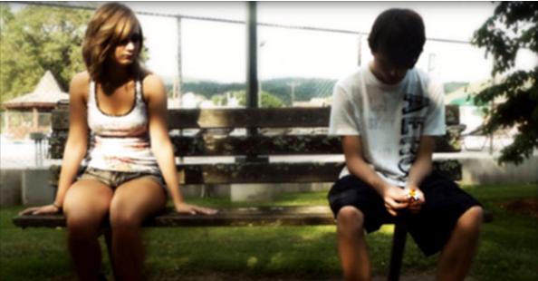 Девойка  се подиграва и отхвърля влюбен в нея младеж, защото е беден. 10 години по-късно, те се срещат отново.....