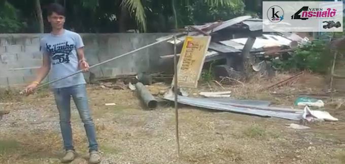 กระบี่-ระทึกกู้ภัย และเจ้าของบ้านช่วยกันจับงูเห่าอยู่ใต้กองไม้หลังร้านข้าวมันไก่