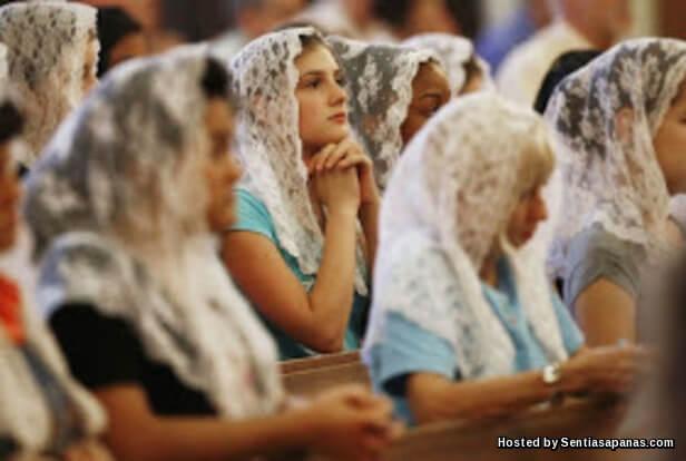 Wanita Bertudung Memakai Tanda Salib!.jpg