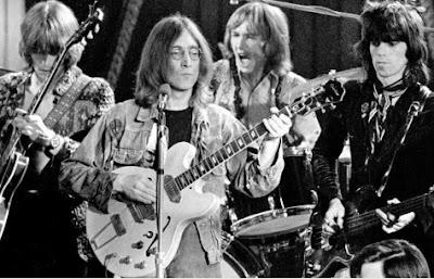 Foto de John Lennon con su grupo