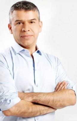 Julio Guzmán posando para la foto