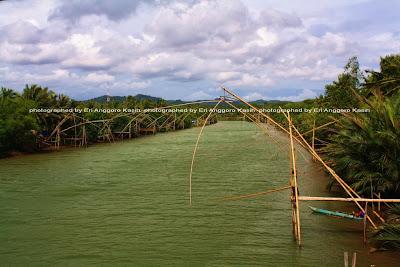 Jaring ikan yang berjejer di sepanjang muara Cipatujah.