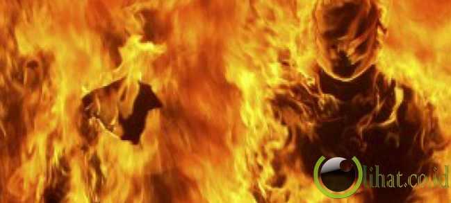 Dua bintara dibakar massa