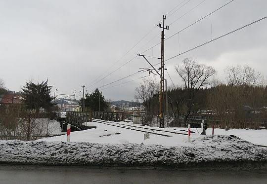 """Most nad Skawą przed stacją kolejową """"Jordanów""""."""