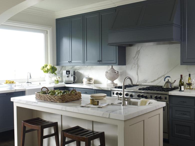 Ciemnoniebieska kuchnia, architekt na szpilkach