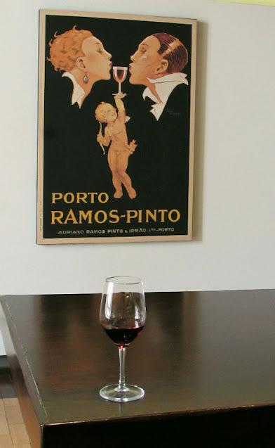copo de vinho do Porto e quadro com rótulo do vinho do Porto Ramos Pinto