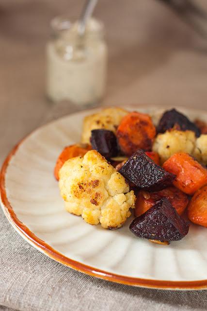 Pečena cvekla, karfiol i šargarepa sa sjemenkama, orasima i sosom sa začinskim biljem