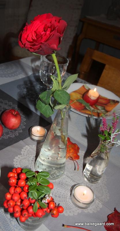 bord pyntet med lyng og rognebær