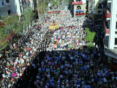 Hermandad de Santa Genoveva por las calles de Sevilla durante el Lunes Santo de 2017