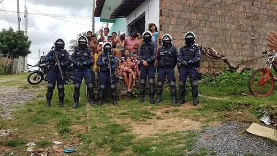 Polícia Militar de Sobral distribui ovos de chocolate em bairros carentes